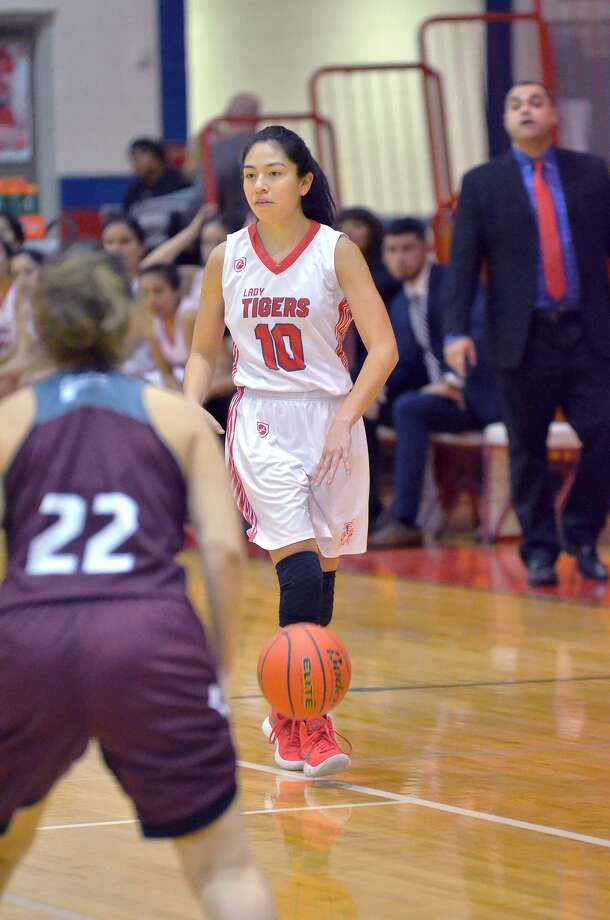 Samantha Gonzalez and Martin are now 2-2 this season in District 29-5A after Friday's comeback victory. Photo: Cuate Santos /Laredo Morning Times / Laredo Morning Times