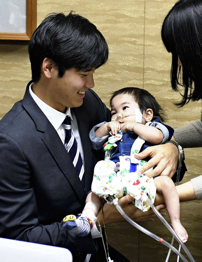 Shohei Ohtani holds Shohei Kawasaki at a hospital in Osaka Prefecture on Saturday. Photo: Japan News-Yomiuri Photo / Japan News-Yomiuri