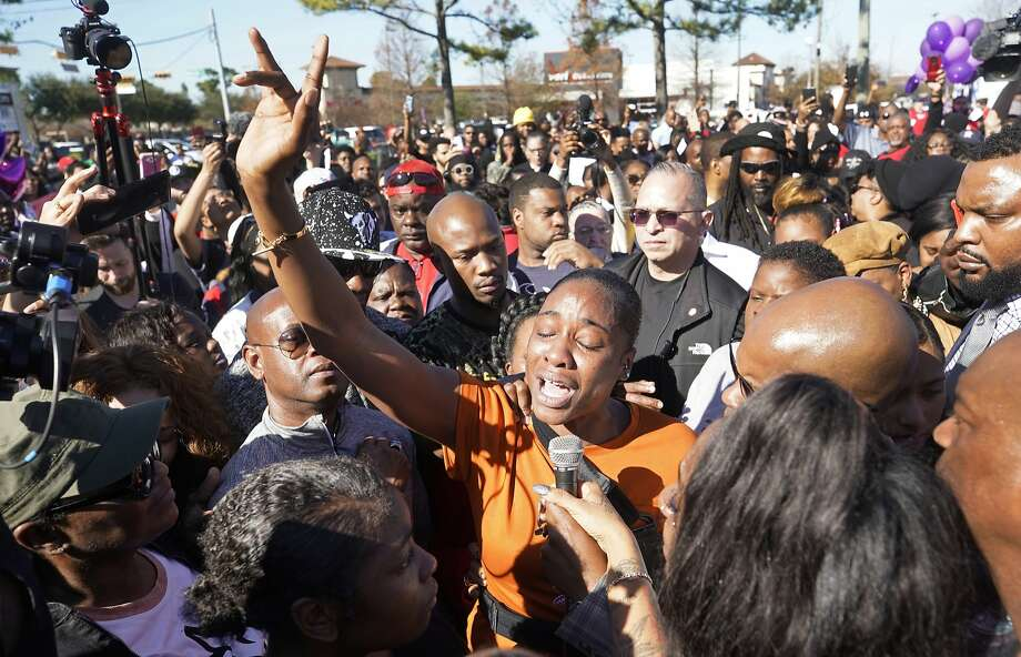LaPorsha Washington (center) speaks at a rally Saturday in Houston focusing on the shooting of her 7-year-old daughter, Jazmine Barnes, who died Dec. 30. Photo: Melissa Phillip / Hearst Newspapers