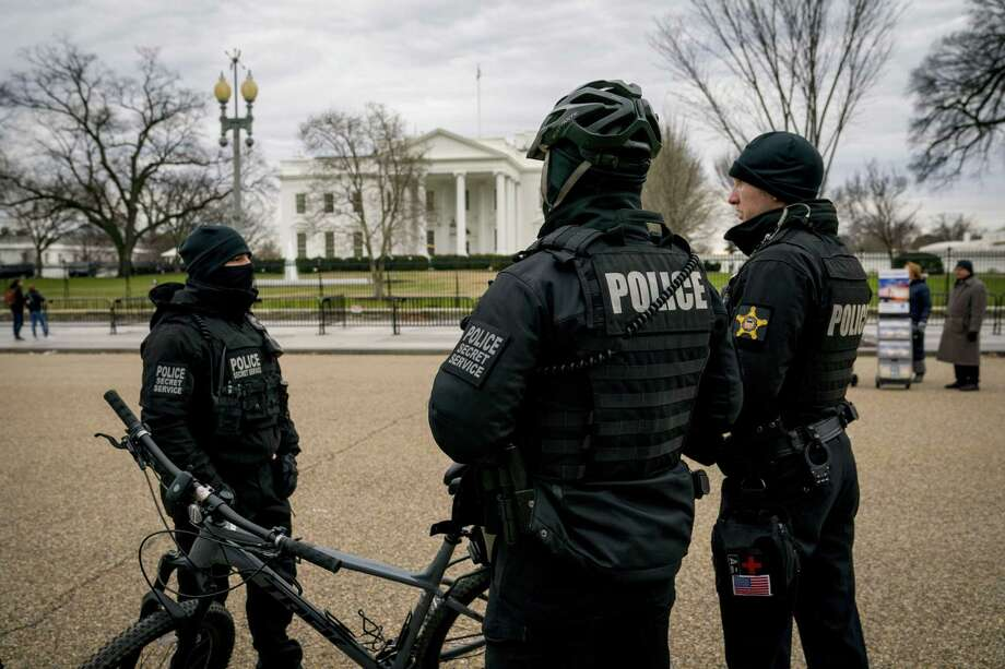 Members of the Uniformed Division of the Secret Service work outside the White House. Virtually every employee with the Secret Service involved in investigations, security and the protective division is required to work woihout pay during the shutdown. Photo: Doug Mills / New York Times / NYTNS