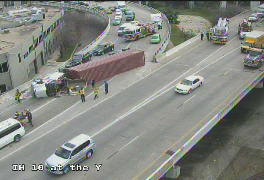 An overturned 18-wheeler truck shut down the Finesilver Curve near downtown San Antonio on Wednesday, Jan, 9, 2019. Photo: Texas Department Of Transportation