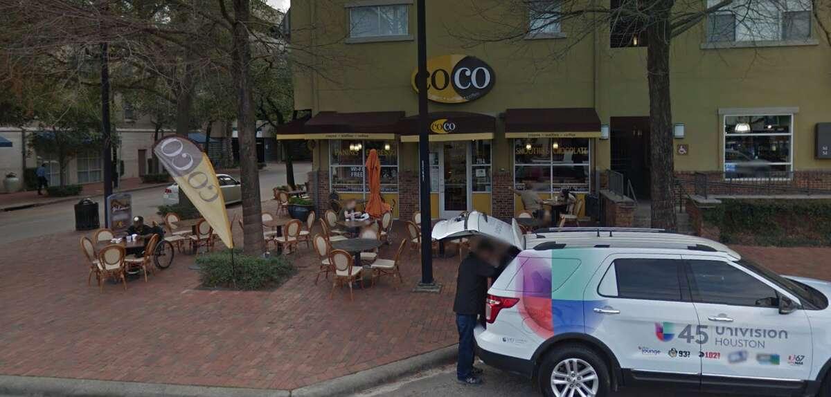 Grey Street'te Coco Crepes, Waffles ve Coffee, yiyecek ve içecekle dolu bir sokağın ortasında açık havada oturma imkanı sunar.