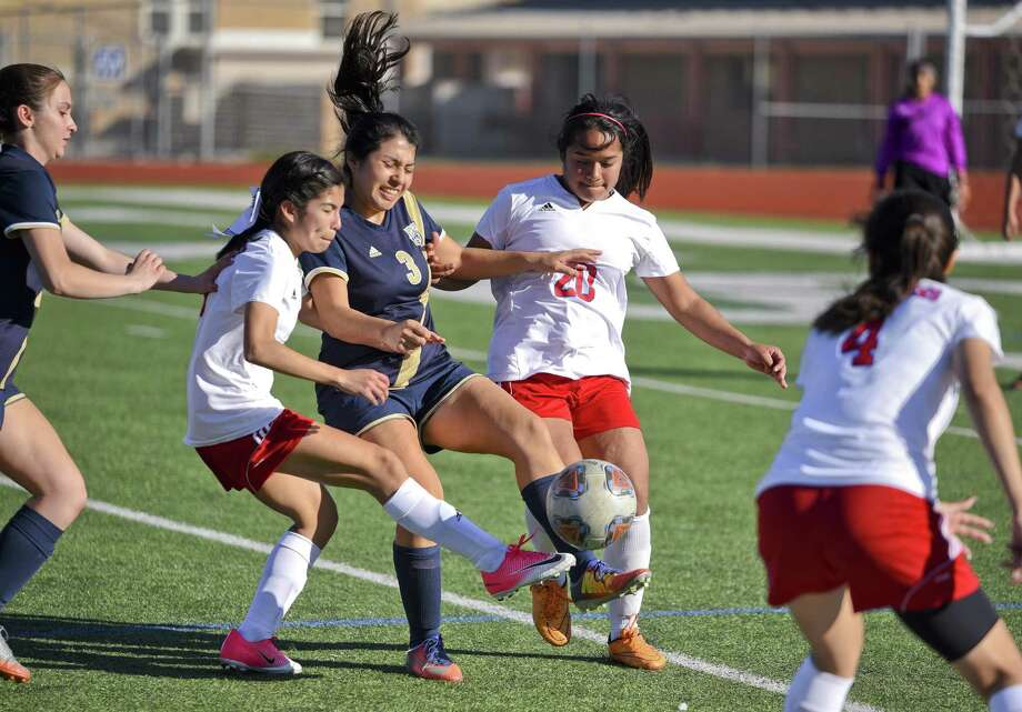 Alexander and Martin head north for tournaments this weekend. The Lady Bulldogs will head to San Antonio while the Lady Tigers travel to San Marcos. Photo: Danny Zaragoza /Laredo Morning Times / Laredo Morning Times