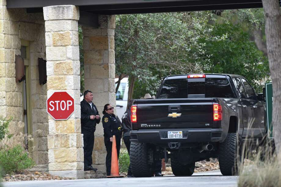 Security and Bexar County Sheriff's officials check vehicles going into the Anaqua Springs Ranch gated community, where three people were found dead Thursday. Photo: Billy Calzada /Staff Photographer / San Antonio Express-News