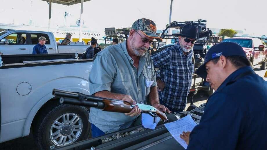 Cazadores estadounidenses tramitan permisos para ingreso de armas para cacería en Nuevo Laredo, México. Las autoridades esperan rebasar el número de 3.200 cazadores que ingresaron durante la temporada 2017-2018. Photo: Foto De Cortesía /Laredo Morning Times