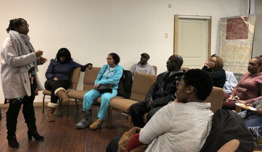 Community organizer Tieasha Gayle speaks to Barbour Gardens tenants this week in Hartford. Photo: Clarice Silber / CTMirror.org