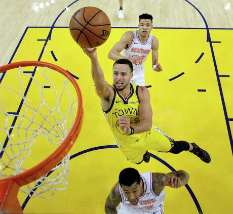 Stephen Curry (30) puts up a layup in the first half as the Golden State Warriors played the New York Knicks at Oracle Arena in Oakland, Calif., on Tuesday, January 8, 2019. Photo: Carlos Avila Gonzalez / The Chronicle / San Francisco Chronicle/Carlos Avila Gonzalez