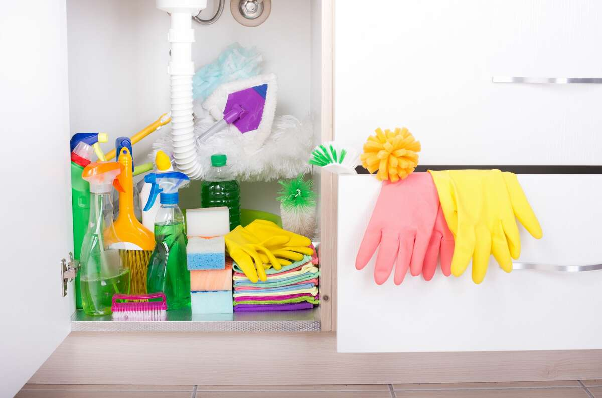 12 habits people with clean, organized homes have in common, according to Realtor.com 1. Keep cleaning supplies handy where you use them Face it: There's no way you're going to trek downstairs to grab some cleaner to wipe off that toothpaste glob; you're going to leave it there until it hardens into cement. That's why Laura Smith, founder of All Star Cleaning Services, keeps a spray bottle of all-purpose cleaner and a stack of cleaning cloths under all her sinks in the bathrooms and kitchen, so she can wipe up any little spot or spill she sees before it becomes a big mess that requires elbow grease-and time.
