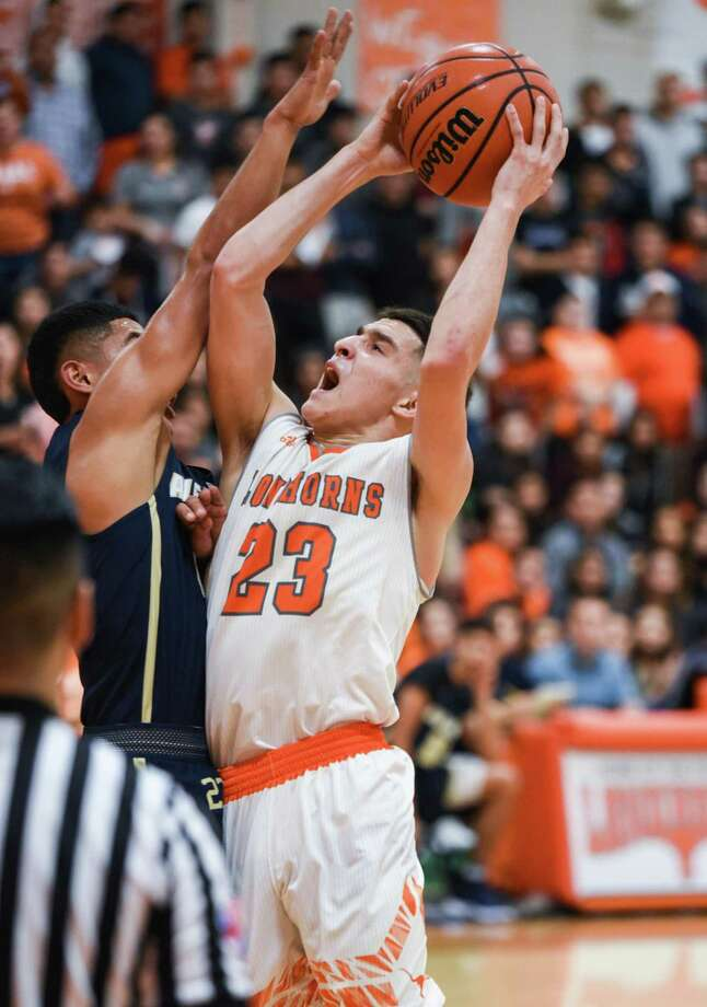Andy Pompa scored a game-high 21 points Friday as United beat rival Alexander 57-44 to stay unbeaten and maintain outright possession of first place in District 29-6A. Photo: Danny Zaragoza /Laredo Morning Times