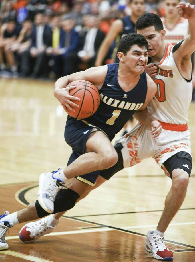 Jay Arizola and Alexander host United at 7:30 p.m. Friday after welcoming Eagle Pass at 7 p.m. Tuesday. The Bulldogs could pull into a tie for first place with wins in both games if the Longhorns fall Tuesday at Nixon. Photo: Danny Zaragoza /Laredo Morning Times File