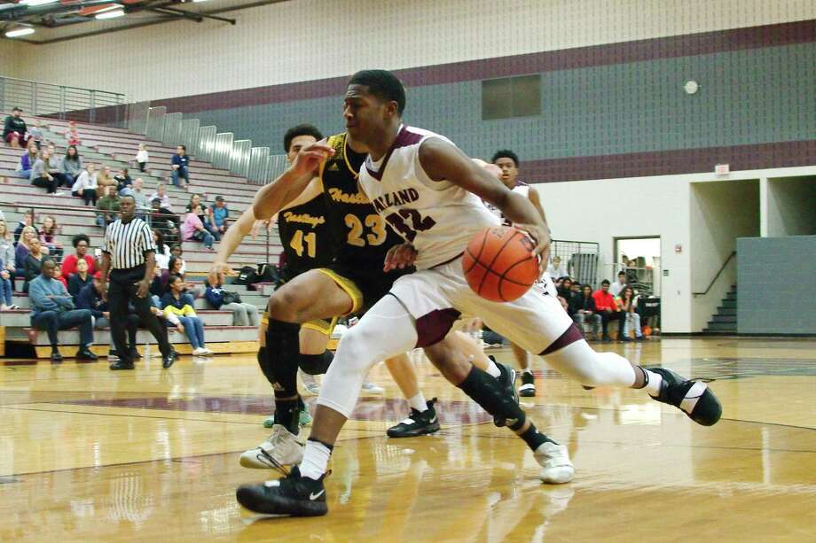 Pearland's Derrick Ardoin (32) drives to the basket against Alief Hastings Friday at Pearland High School. Photo: Kirk Sides / Staff Photographer / © 2018 Kirk Sides / Houston Chronicle