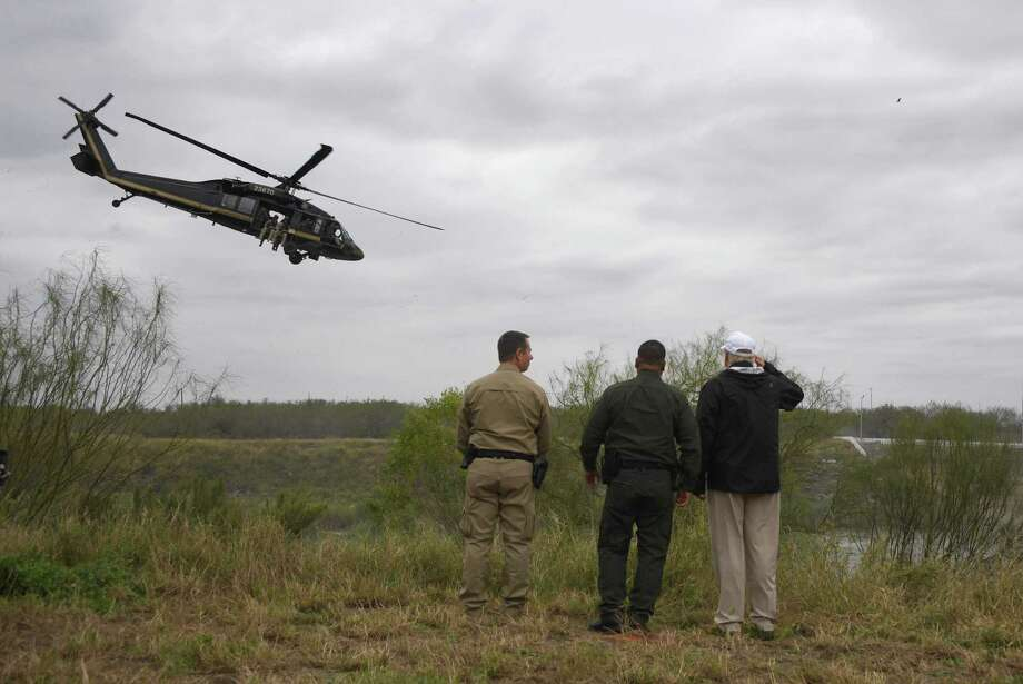 El presidente Donald Trump saluda a los agentes de la Patrulla Fronteriza en el Río Grande mientras un helicóptero de Aduanas y Protección Fronteriza vuela durante su visita a la Estación McAllen de la Patrulla Fronteriza., el 10 de enero de 2019. Photo: Jim Watson /AFP /Getty Images / AFP or licensors