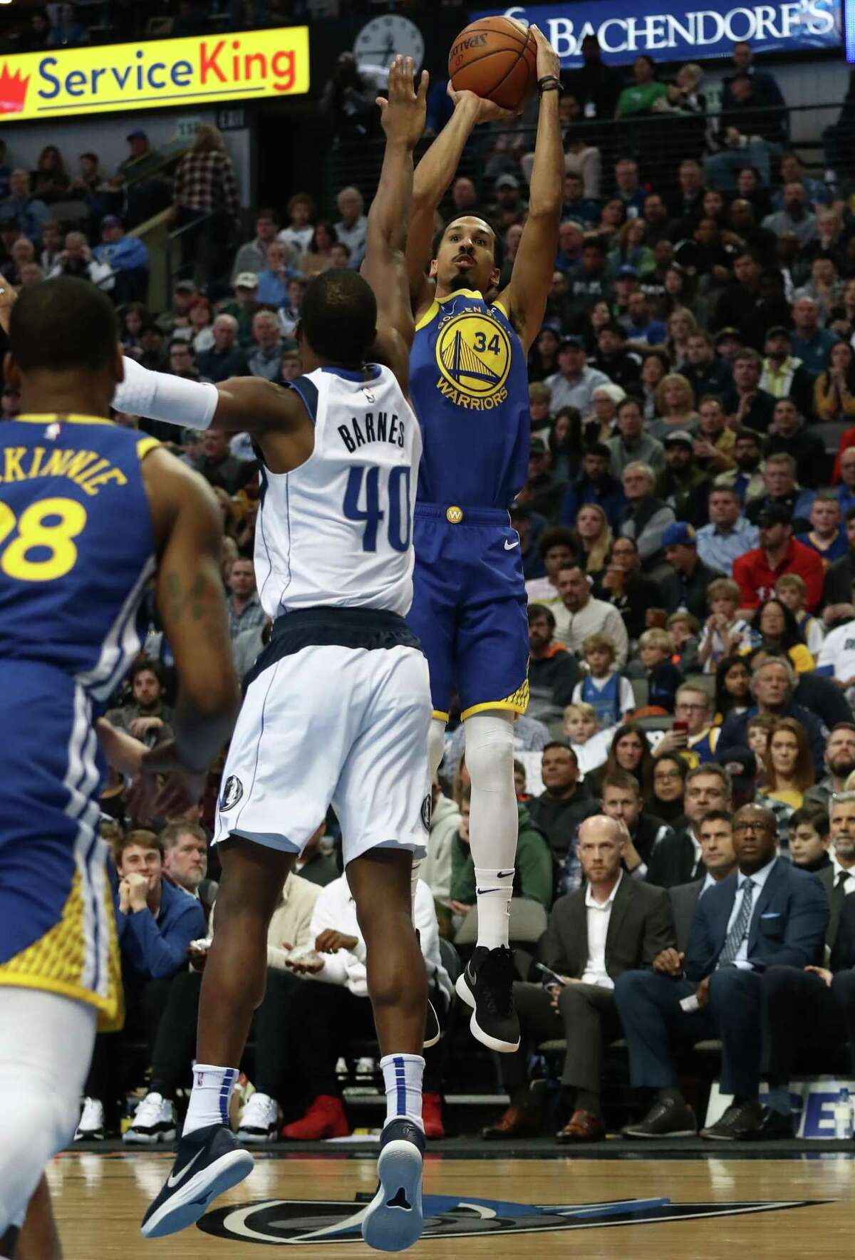 DALLAS, TEXAS - JANUARY 13: Shaun Livingston #34 of the Golden State Warriors takes a shot against the Dallas Mavericks at American Airlines Center on January 13, 2019 in Dallas, Texas. NOTE TO USER: User expressly acknowledges and agrees that, by downloading and or using this photograph, User is consenting to the terms and conditions of the Getty Images License Agreement. (Photo by Ronald Martinez/Getty Images)