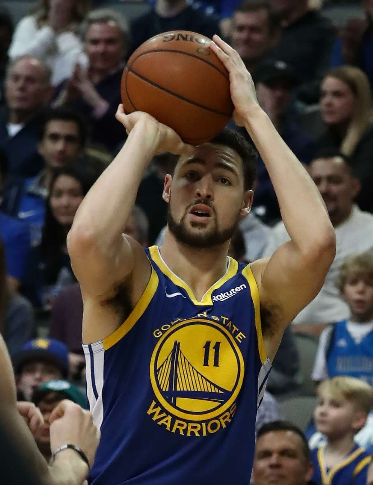 DALLAS, TEXAS - JANUARY 13: Klay Thompson #11 of the Golden State Warriors takes a shot against the Dallas Mavericks at American Airlines Center on January 13, 2019 in Dallas, Texas. NOTE TO USER: User expressly acknowledges and agrees that, by downloading and or using this photograph, User is consenting to the terms and conditions of the Getty Images License Agreement. (Photo by Ronald Martinez/Getty Images)