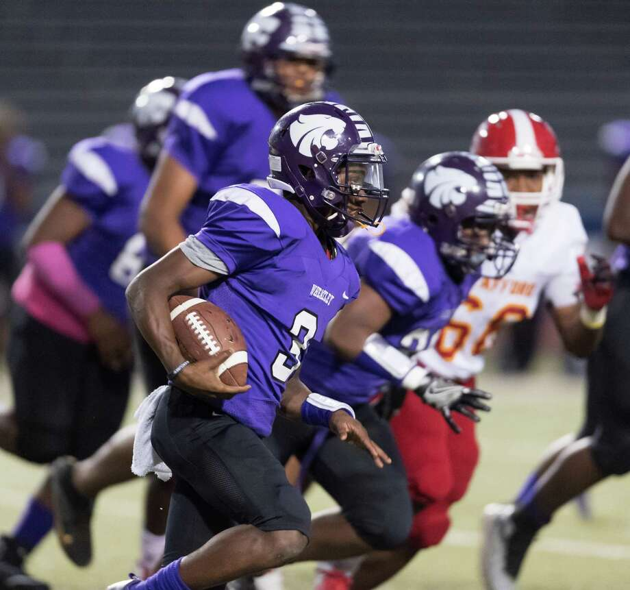 Gervon Livingston (3) of the Wheatley Wildcats runs around right end for a short gain in the first half against the Stafford Spartans in a high school football game on Thursday, Oct. 11, 2018, at Barnett Stadium in Houston. Photo: Wilf Thorne / Contributor / © 2018 Houston Chronicle