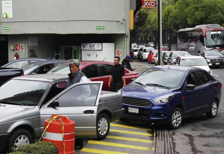 Varios automovilistas hacen fila frente a una gasolinera en la Ciudad de México, el lunes 14 de enero de 2019. Photo: Marco Ugarte /Associated Press / Copyright 2019 The Associated Press. All rights reserved.